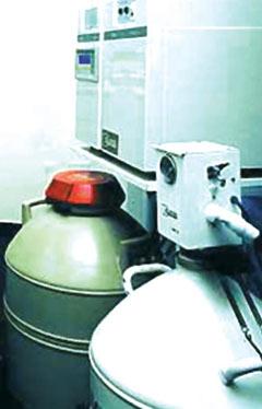 Ηλεκτρονικό μηχάνημα προοδευτικής κατάψυξης.  Από ένα κάνιστρο με ειδικό μηχανισμό τροφοδοτείται με υγρό άζωτο το μηχάνημα της κατάψυξης  (αρχείο ΕΥΓΟΝΙΑΣ).